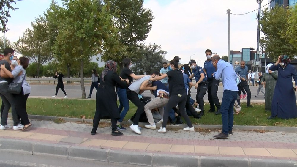 Selama pengintaian, mereka menyerang pengemudi wanita, polisi turun tangan dengan gas air mata - 4