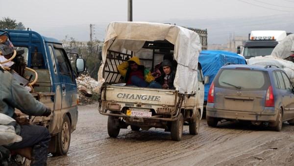 İdlib'den Türkiye sınırına doğru göç devam ediyor