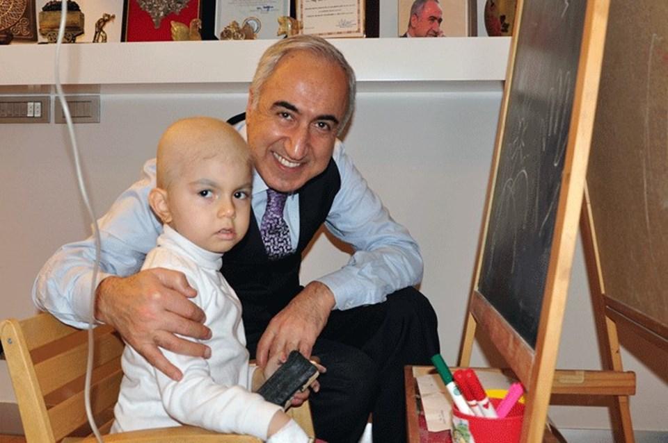 Prof. Dr. Bülent Zülfikar,minik hastasıyla birlikte