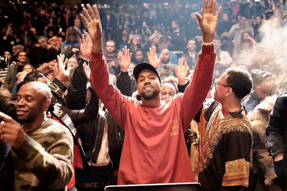"""Geçtiğimiz günlerde tüm Kardashian ailesinin katıldığı defilesinde sahneye çıkan ve söylediği şarkıda Swift'i hedef alan Kanye West'in söz konusu şarkısında """"Onu ben meşhur ettim"""" sözleri yer alıyor."""