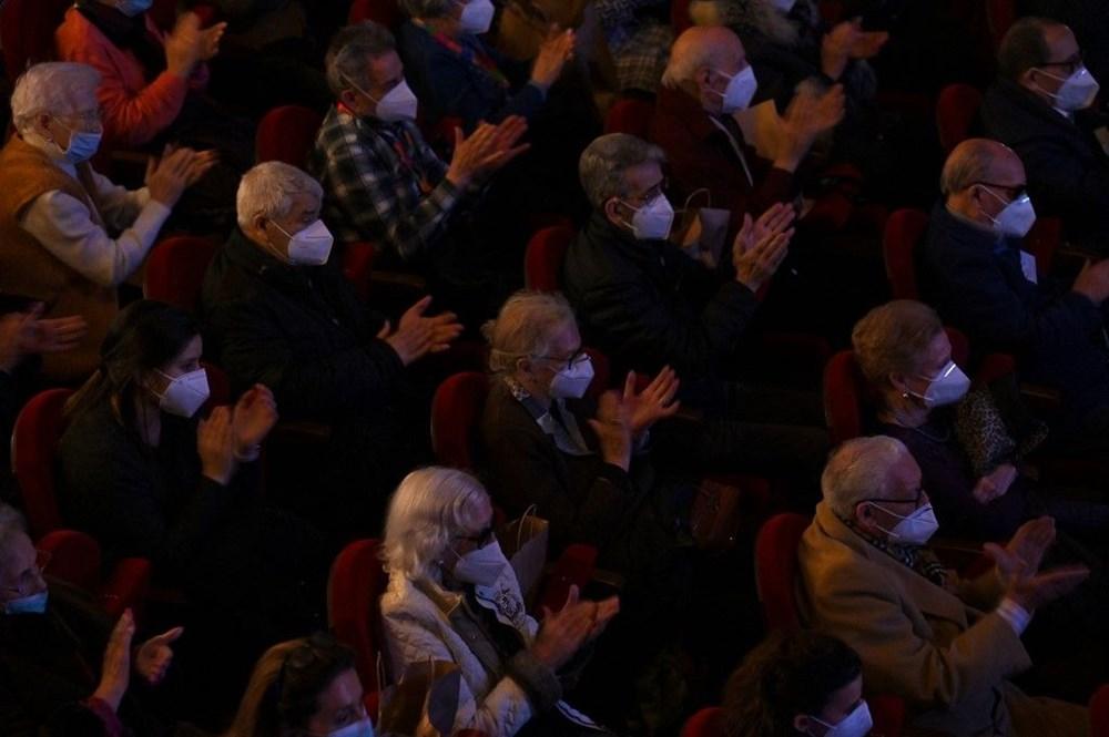 Madrid'de corona virüs aşısı olan yaşlılar için tiyatroda özel gösterim - 4