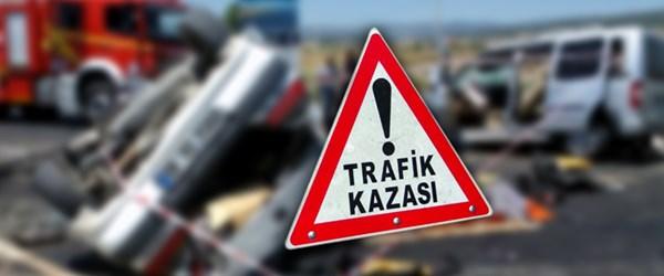 Otomobil traktöre çarptı: 2 ölü, 3 yaralı