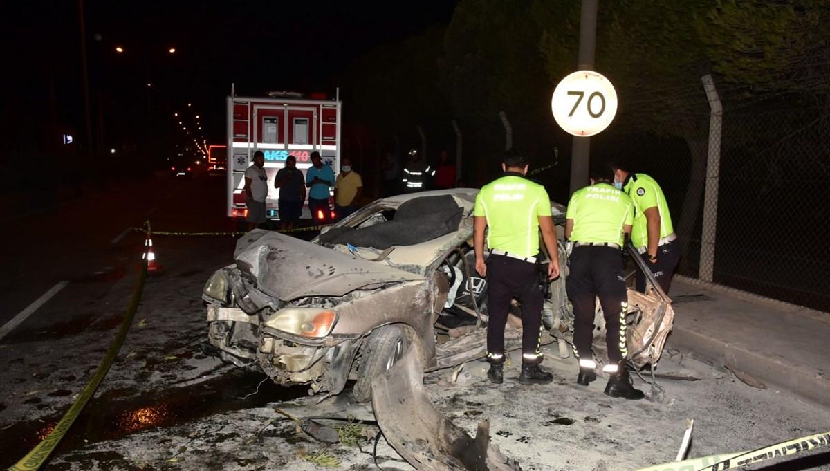 İzmir'de bariyerlere çarpan otomobil alev aldı: 1 ölü, 1'i ağır 3 yaralı