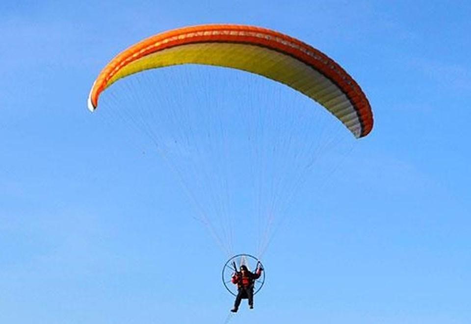 Arşiv (Paramotor, yamaç paraşütüne ek olarak pilotun sırtında pervaneli motor taşıdığı hafif hava aracıdır).