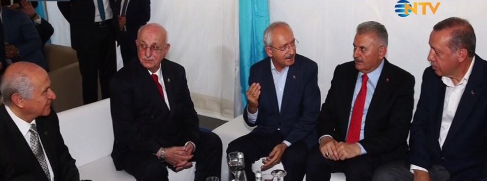 Siyasi liderler, miting öncesi bir araya gelip sohbet ettiler