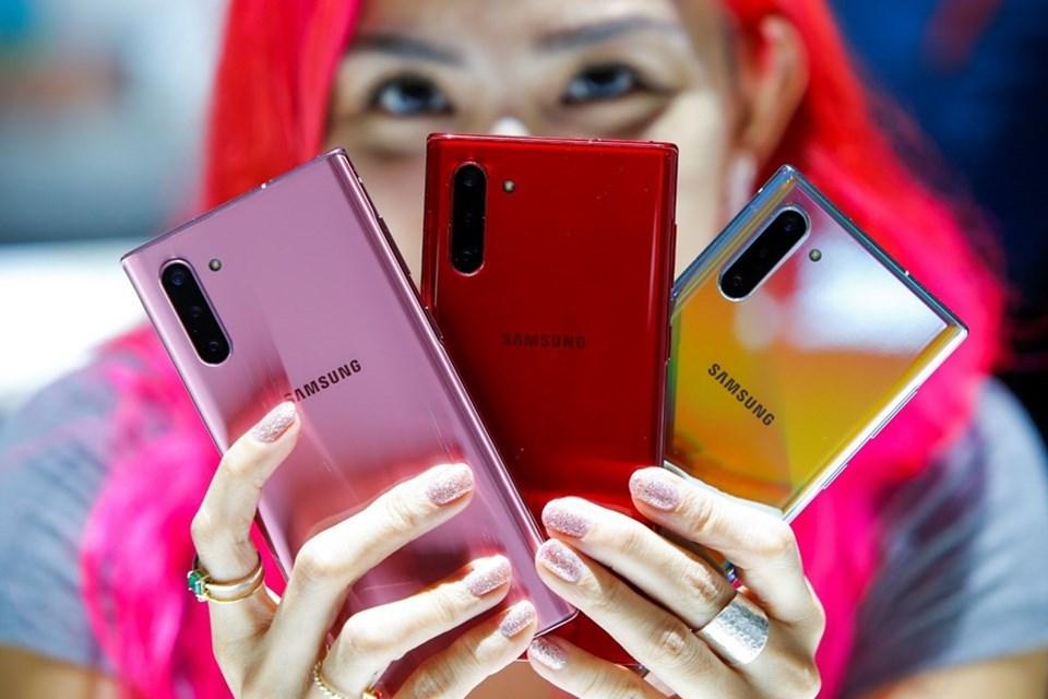 Samsung Galaxy Note10 3.500 mAh, Note10 Plus ise 4.300 mAh olarak karşımıza çıkıyor.Cihazların ekran çözünürlükleri ise Galaxy Note10 için 2280 x 1080 piksel, Plus için 3040 x 1440 piksel.