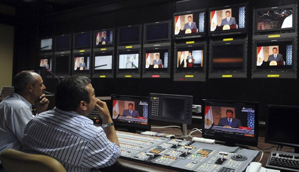 """Kamuoyu önüne fazla çıkmayan Mursi, cumhurbaşkanlığı ilan edildikten sonra eşinitelefonla arayarak, """"Herkese haber ver televizyona çıkacağı"""" dedi."""