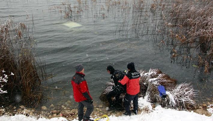 Otomobil suya gömüldü, 2 kişi yüzerek kurtuldu