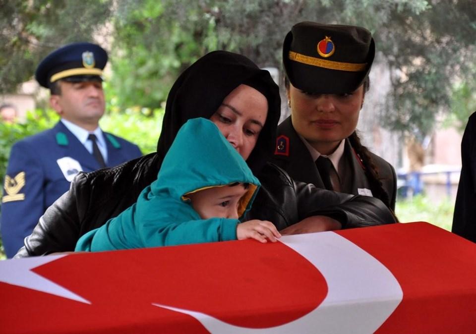 Şehidin ablası Ferda Şahin'in oğlu, dayısının tabutuna sarıldı.