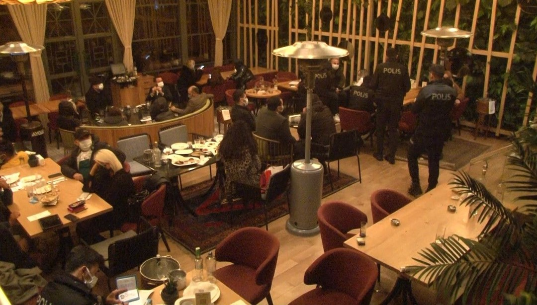 Yasağa rağmen açık olan restorana polis baskını