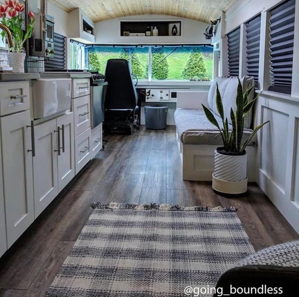 22 yıllık okul otobüsünü 1.5 yıllık çalışmayla harika bir eve dönüştürdüler - 16
