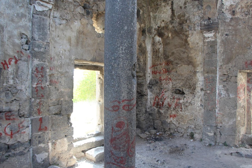 Defineciler tarihi kiliseyi talan etti - 4