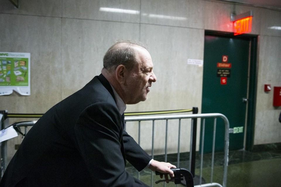 Harvey Weinstein duruşmaya yürüteçle geldi.