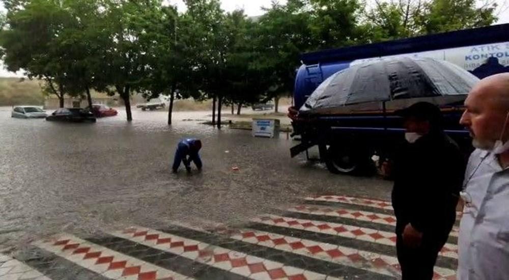 İstanbul'u sağanak vurdu: Evleri su bastı, araçlar mahsur kaldı - 9