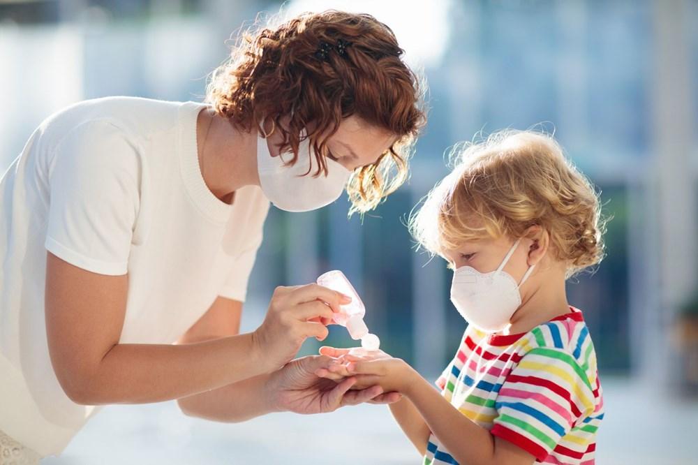 <p>Evet. Tıpkı yetişkinlerde olduğu gibi, corona virüs çocuklara da bulaşabilir ve onlar da Covid-19 belirtileri gösterebilir.</p> <p>Çin Hastalık Kontrol ve Önleme Merkezi'nden elde edilen verilerde , 20 Şubat'a kadar kaydedilen 72 bin 314 Covid-19 vakasının % 2'sini 19 yaş altı grubun oluşturduğu görülüyor. ABD'de yapılan 508 hastayı kapsayan bir araştırmada ise corona virüs nedeniyle hayatıını kaybeden hiçbir çocuğun bulunmadığı ve çocuklarının hasta grubun yüzde birinden azını oluşturduğu aktarıldı.</p> <p></p>