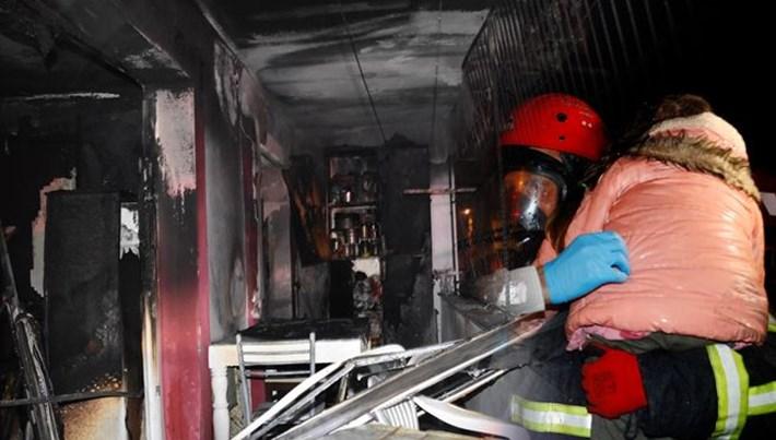 Adana'da ev yangınında mahsur kalan 11 kişi kurtarıldı