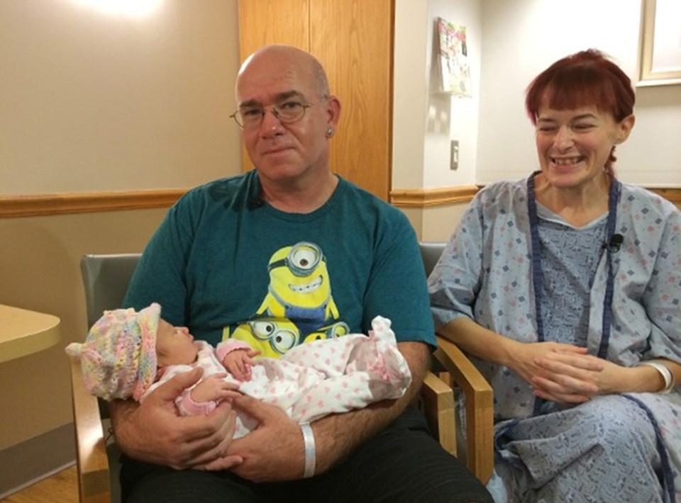 Brown'ın 22 yıllık eşi Jason Brown da karısının hamile olduğunu öğrenince hastaneye gelerek ilk çocuk heyecanını eşiyle yaşadı