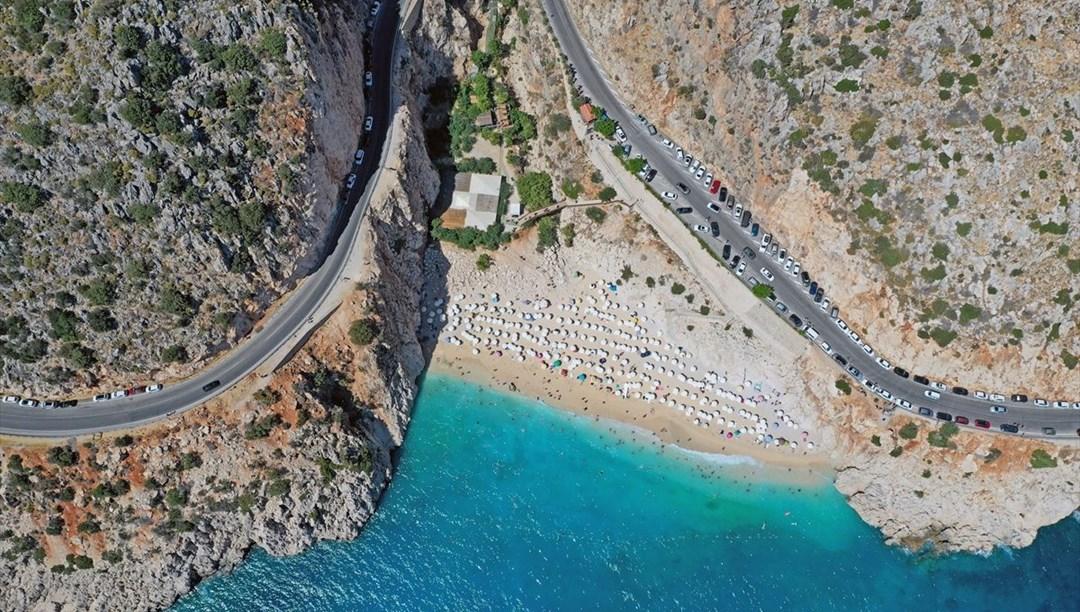 Tatilcilerin akın ettiği Kaputaş Plajı drone ile görüntülendi