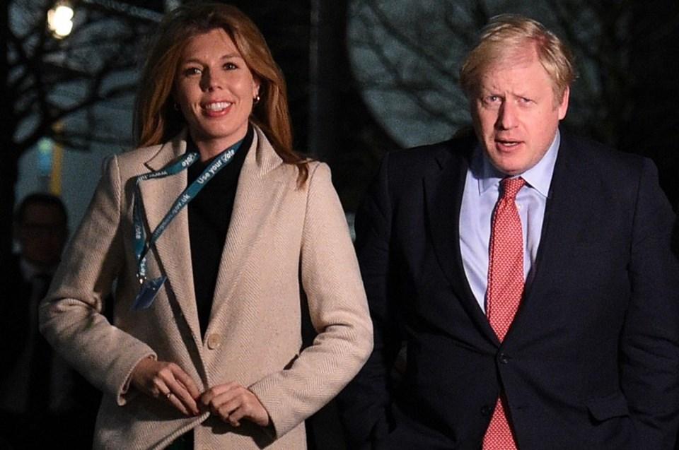 İngiltere Başbakanı Johnson seçim zaferini hayat arkadaşı Carrie Symonds ile birlikte kutladı.