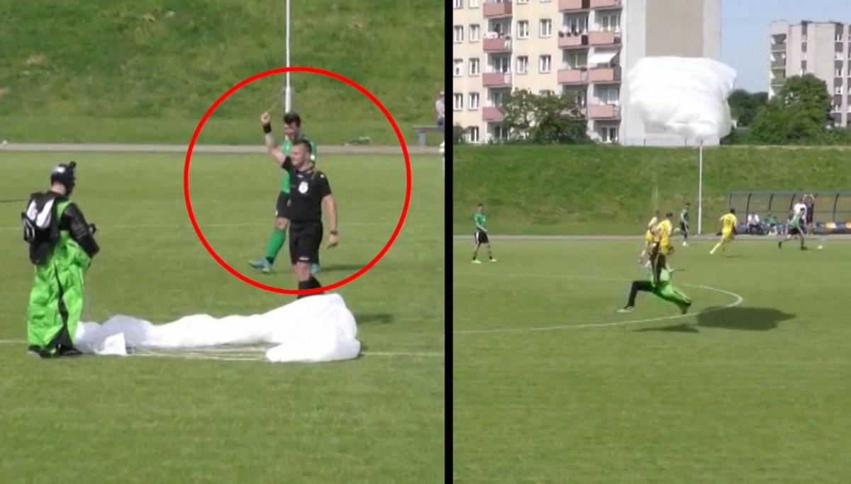 Maç sırasında sahaya inen paraşütçüye sarı kart!