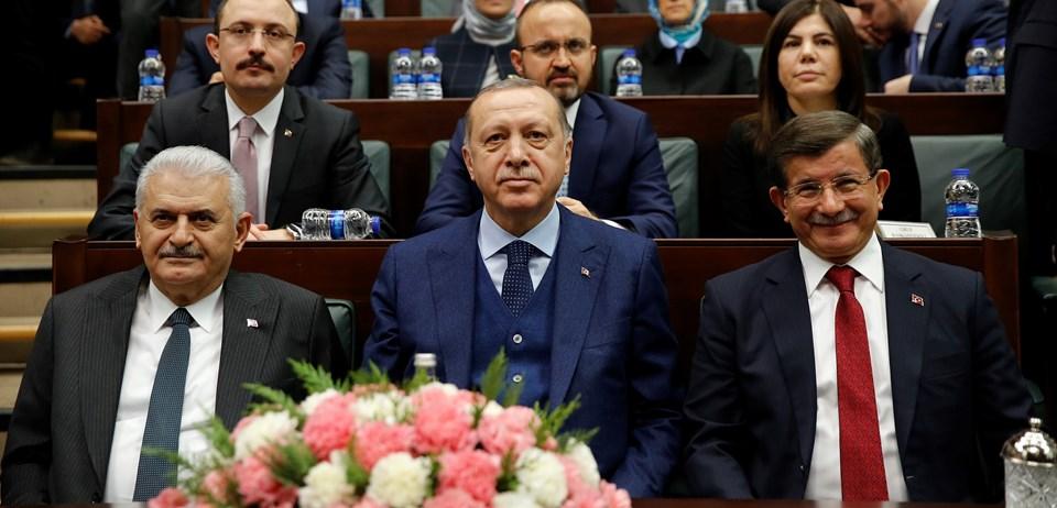 Cumhurbaşkanı Erdoğan, grup toplantısında iki halef-selef başbakanla yan yana oturdu. Başbakan Binali Yıldırım, Cumhurbaşkanı'nın konuşmasını eski Başbakan Ahmet Davutoğlu'yla birlikte izledi.