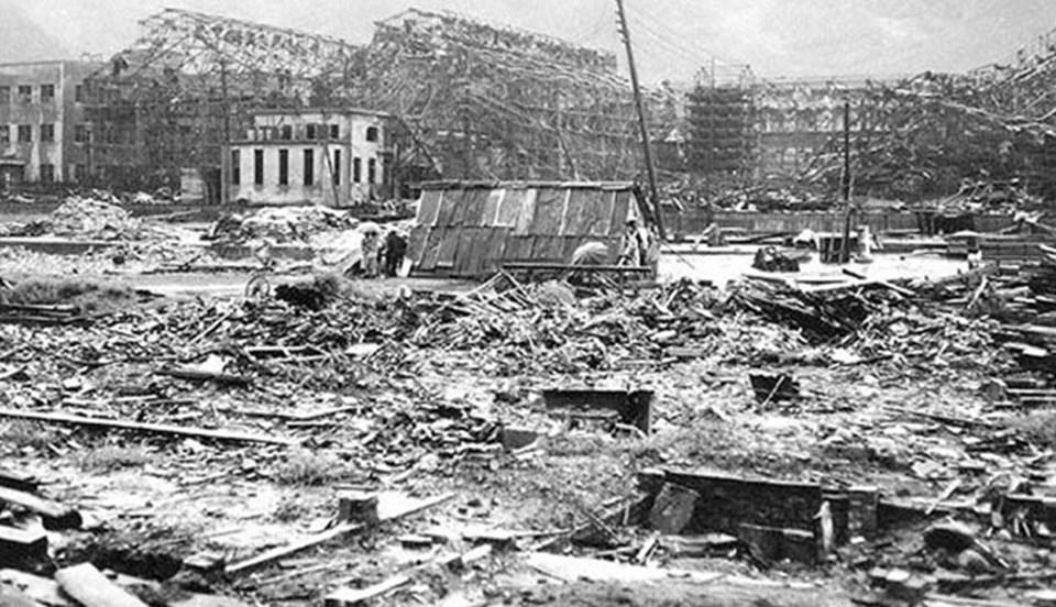 İkinci Dünya Savaşı'nda teslim olmayan Japonları dize getirmek için ABD, Hiroşima ve Nagazaki kentlerine atom bombası atmıştı. Hiroşima'da 90 bin, Nagazaki'de 74 bin kişi hayatını kaybetti.