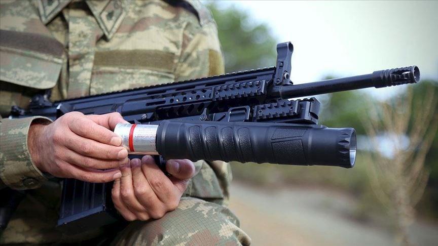 """<p>Güvenlik güçlerininbomba atarihtiyacının karşılanması için Savunma Sanayii Başkanlığı (SSB) tarafından düzenlenen ihaleye katılan Konya'daki Akdaş Silah firması, üretimini tamamladığı<strong>""""AK40-GL"""" </strong>bomba atarın ilk partisini Kara Kuvvetleri Komutanlığına teslim etti.</p> <p>Savunma Sanayii Başkanlığının açtığı """"bomba atar"""" ihalesine katılan firma, ihtiyacın 8 bin adedini üretmek için anlaşma yaptı.</p>"""
