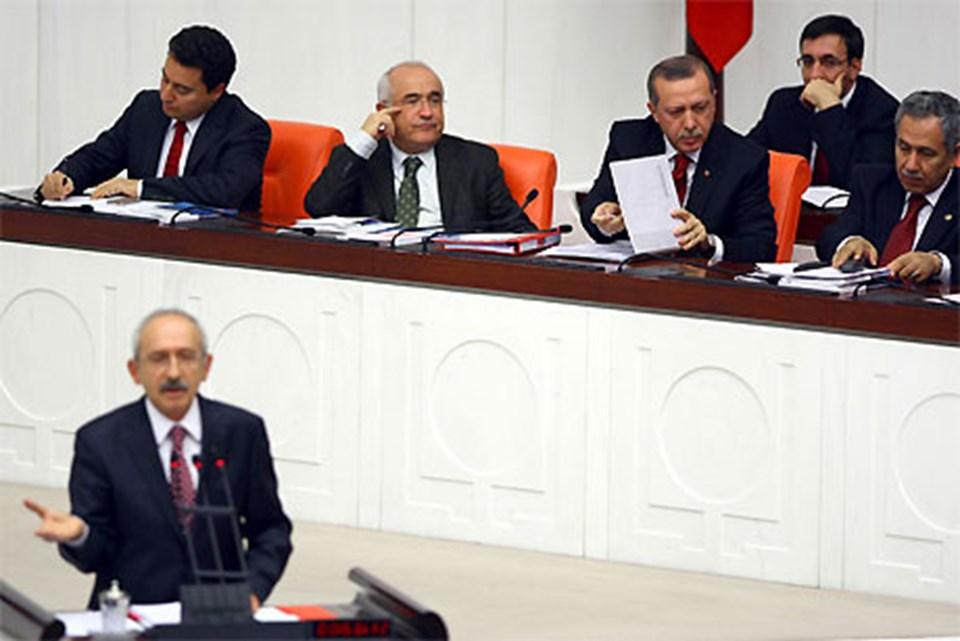Kılıçdaroğlu kürsüdeyken Başbakan'ın sürekli not aldığı gözlendi.