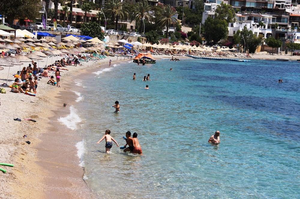 Hava sıcaklığının 32 dereceyi bulduğu Bodrum'da sahiller doldu taştı - 7