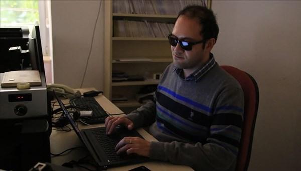 Kendisi de görme engelli olan Sarper Arıkan, yazılımlarıyla umut oluyor