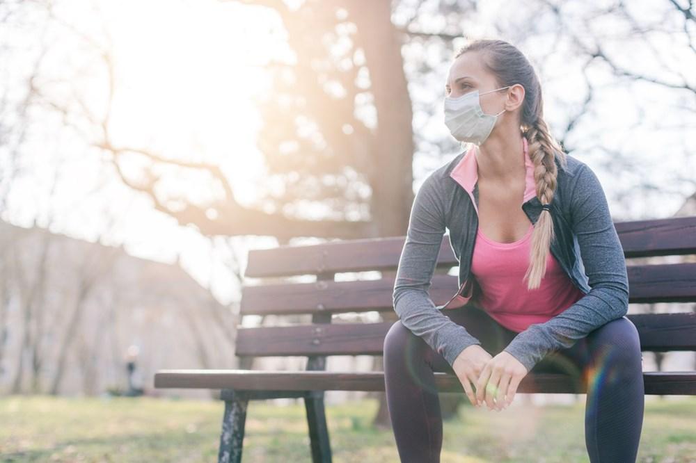 <p>Diğer taraftan, İrlanda'daki Trinity Colloge Dublin tarafından iki ay önce yapılan bir çalışmada D vitamini takviyesi alan yetişkinlerin göğüs enfeksiyonlarında yüz 50 düşüş görüldü.</p> <p>Dünya genelinde yaklaşık 1 milyar insanın D vitamı eksikliği yaşadığı düşünülüyor. Uzmanlar, karantina uygulamaları güneş ışığı alımının azlamasıyla sayının artabileceğinden endişe ediyor. Dünya Sağlık Örgütü tarafından D vitamini eksikliği ve yetersizliği küresel bir sağlık problemi olarak kabul ediliyor.</p>