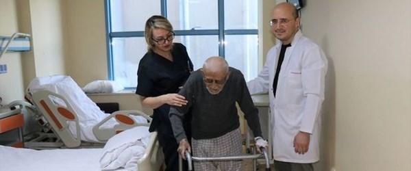 Kalça proteziyle 97 yaşında ayağa kalktı