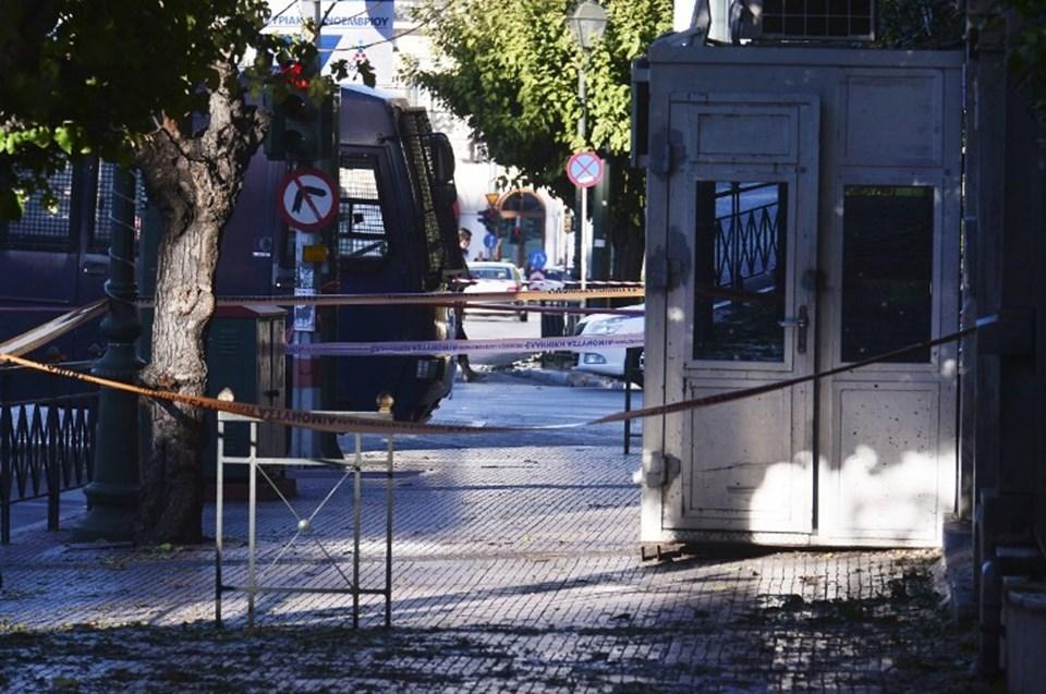 Bombalı saldırı sonrası Yunan polisi, Fransa Büyükelçiliği önünde geniş güvenlik önlemleri aldı.