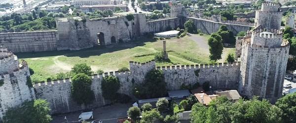 İstanbul'un tarihi surları istila altında!