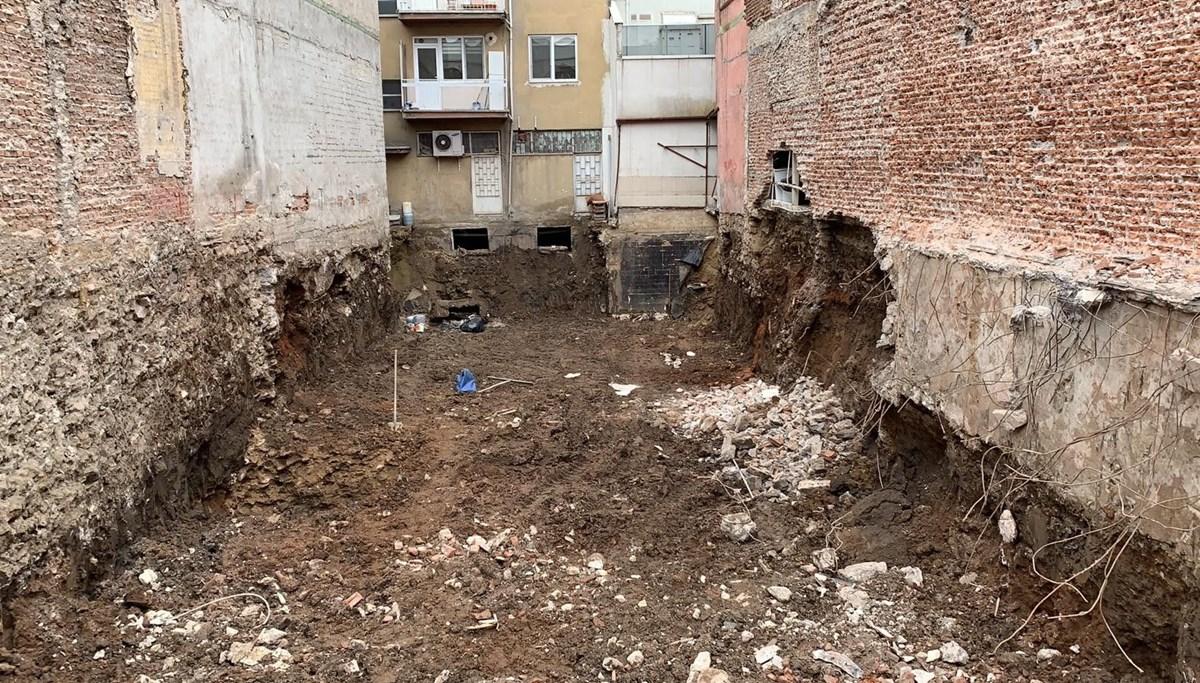 Yandaki inşaat nedeniyle hasar gördüğü için boşaltılan bina çöktü