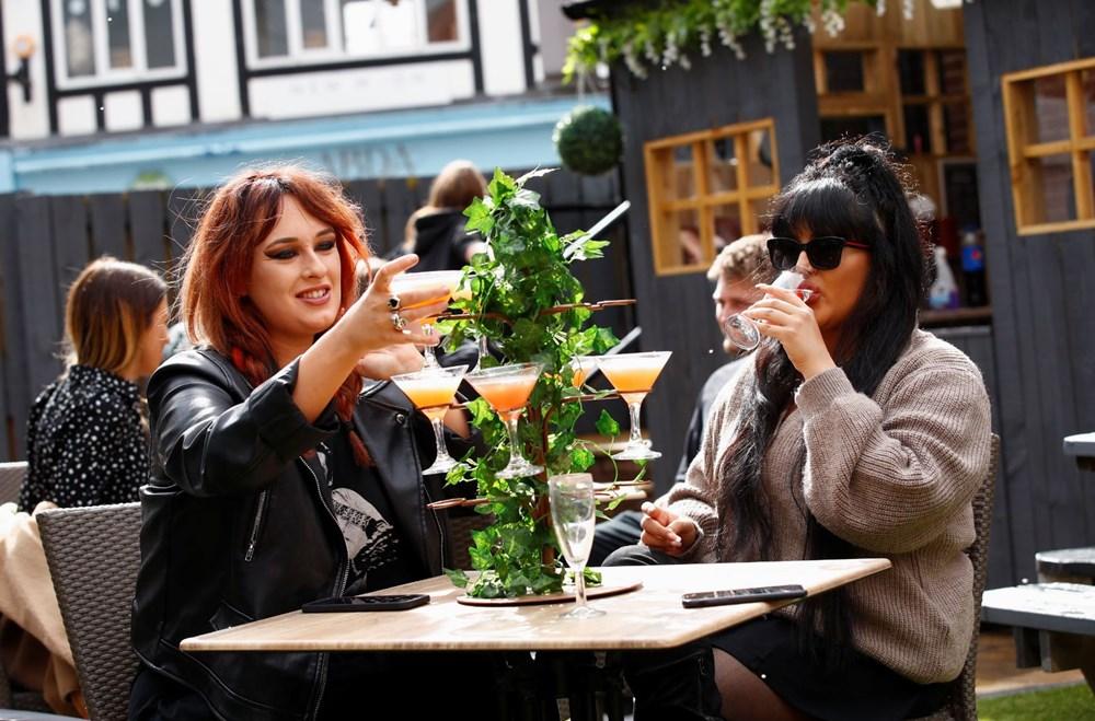 İngiltere sosyal mesafesiz bir şekilde yeniden açıldı: Halk sokaklara akın etti - 5