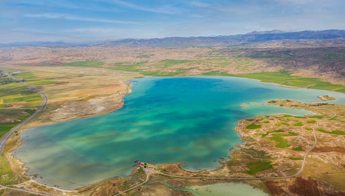 Sivas'ta bozkırın ortasındaki Tödürge Gölü güzelliğiyle büyülüyor