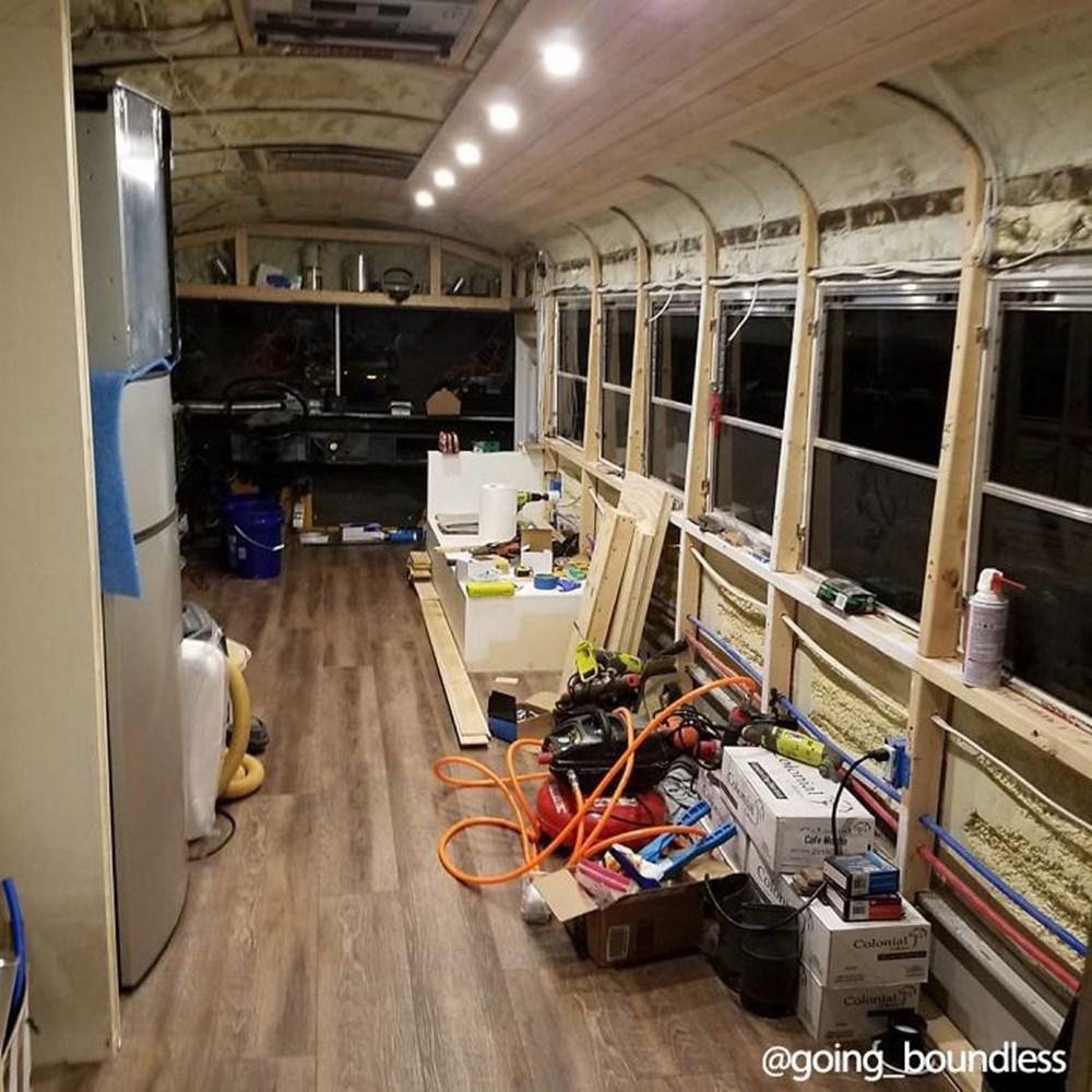 22 yıllık okul otobüsünü 1.5 yıllık çalışmayla harika bir eve dönüştürdüler - 5