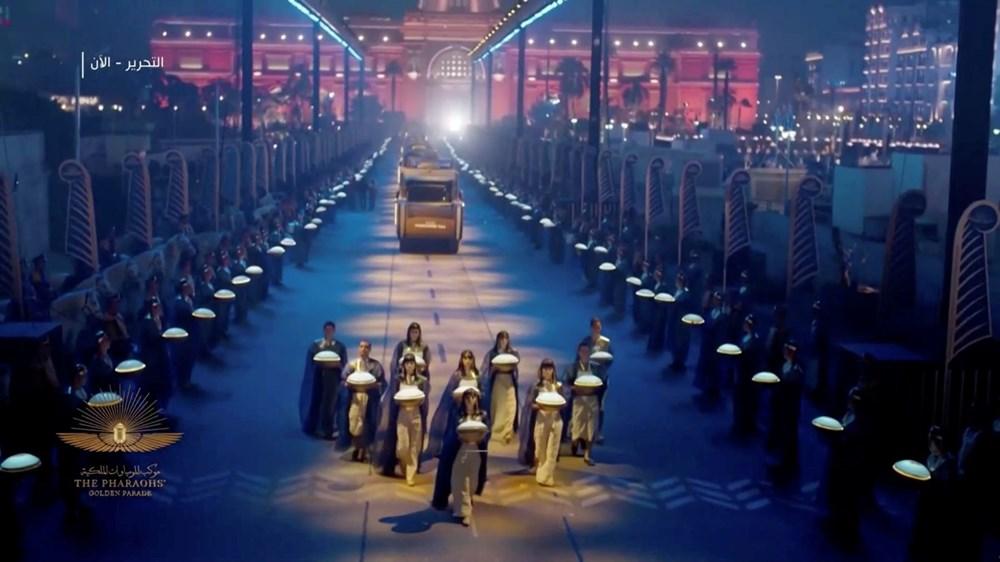 Mısır'da 18 kral ve 4 kraliçenin mumyası kortej eşliğinde müzeye taşındı - 1