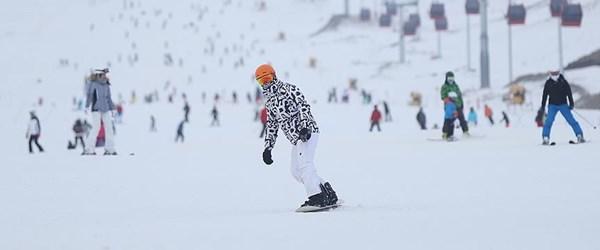 Kar yağışı kayak merkezlerini doldurdu
