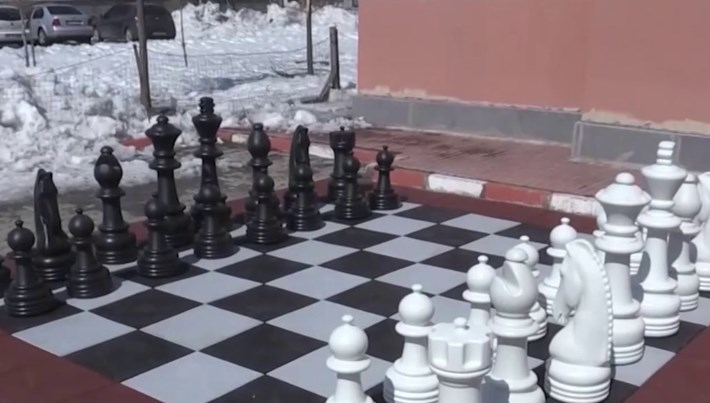Lastikler dönüştürüldü, dev satranç takımı oldu