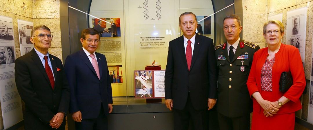 Aziz Sancar Nobel Ödülü'nü Anıtkabir'e armağan etti | NTV