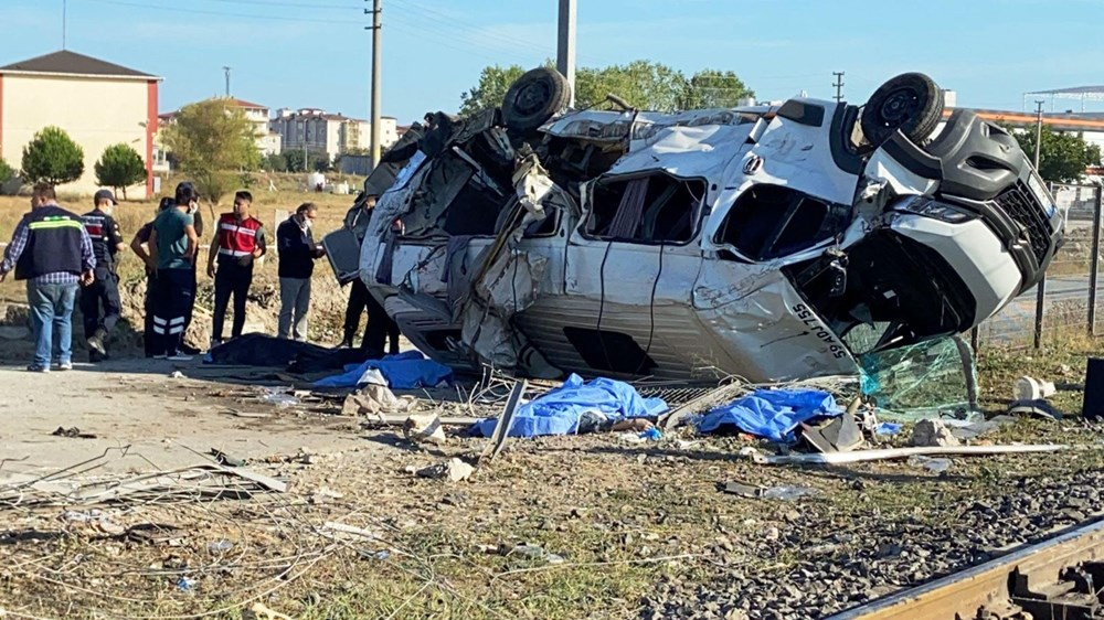 Tekirdağ'ın Ergene ilçesinde yük treni minibüse çarptı: 6 ölü - 8