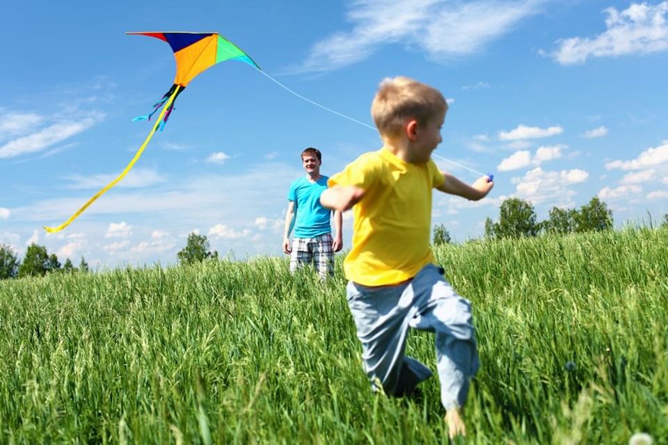 Açık havada ailesiyle vakit geçiren çocuklar daha mutlu oluyor.