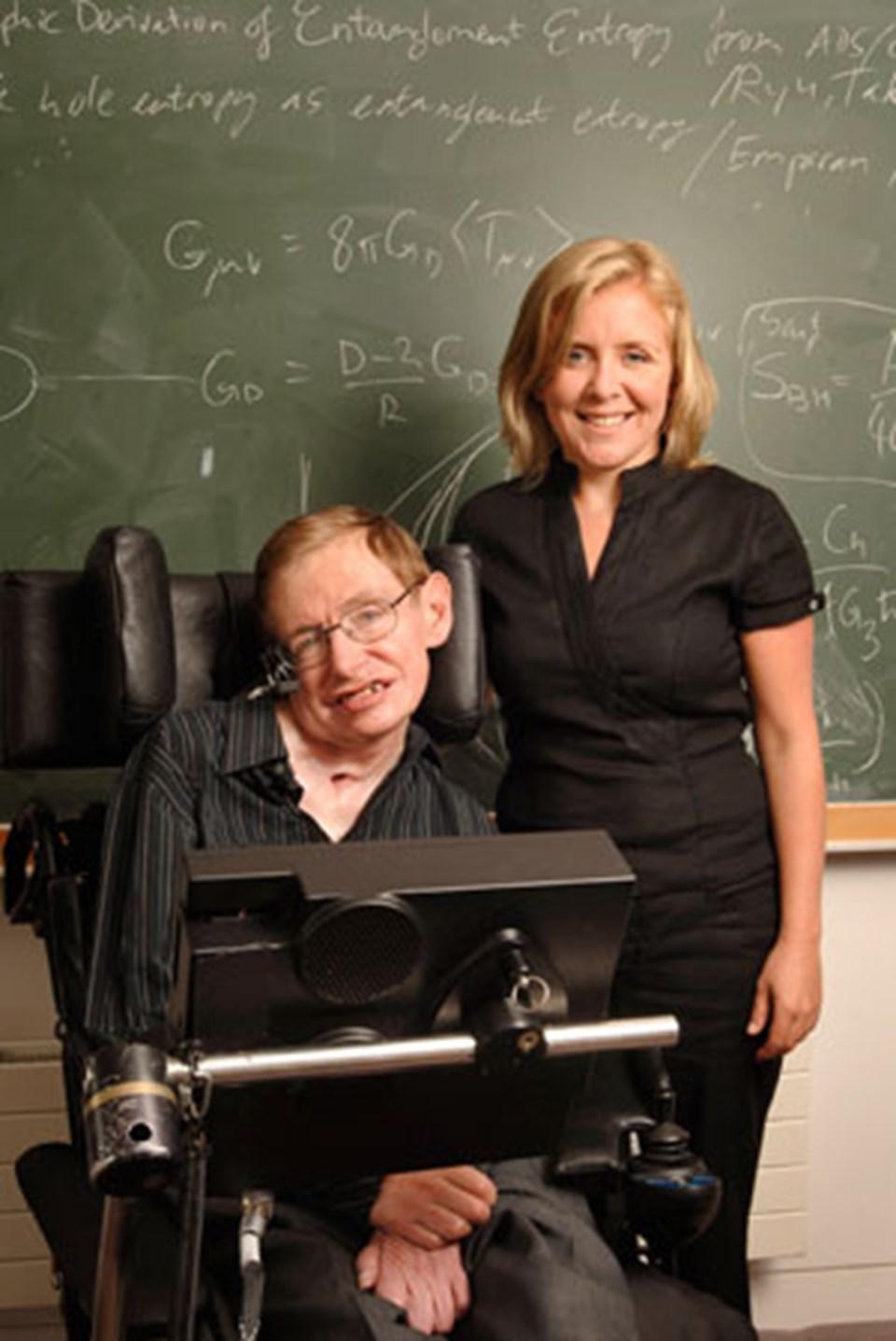 Stephan Hawking kitabı kızı Lucy ile birlikte yazdı.