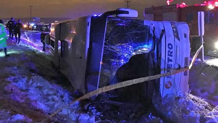 Bayburt'ta yolcu otobüsü şarampole devrildi: 2 ölü
