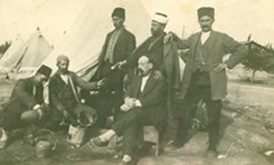 Ahmet İnsel'in aile albümünden. (Dedesi yunanistan'da esir kampında, soldan üçüncü)
