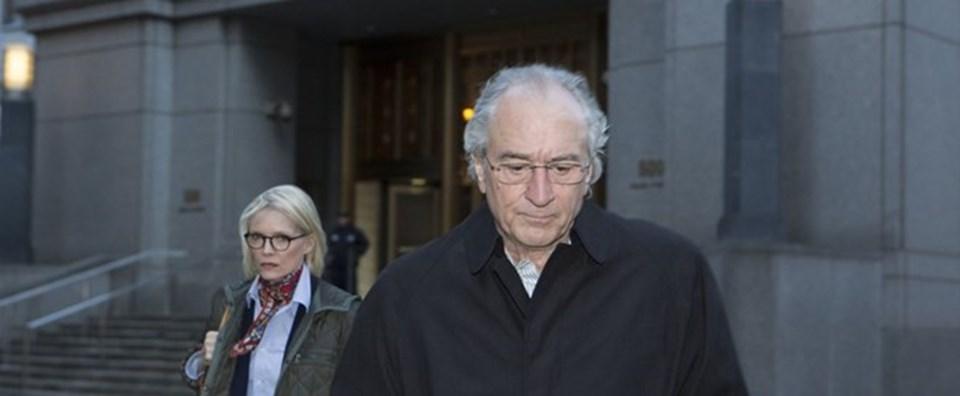 Bernie Madoff sahtecilik suçlamalarını kabul ettikten sonra 150 yıl hapse mahkum edildi