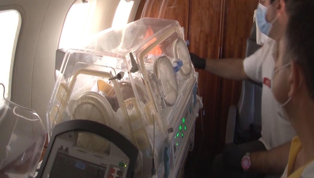 Kuvözde götürüldüler (Ambulans uçak iki bebek için havalandı)
