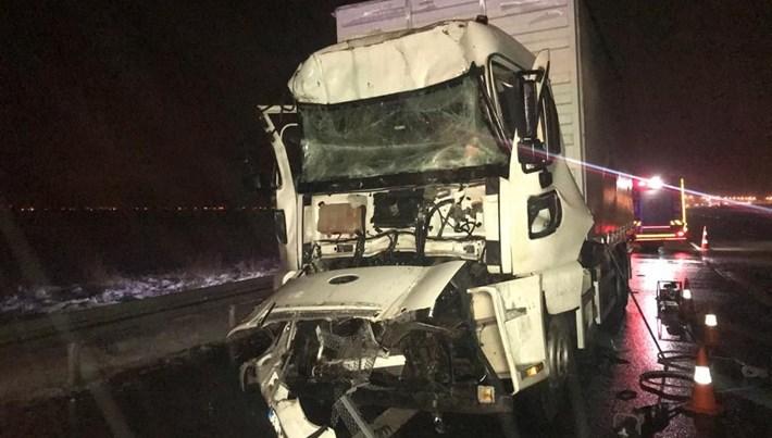 Anadolu Otoyolu'nda iki kamyon çarpıştı: 1 ölü